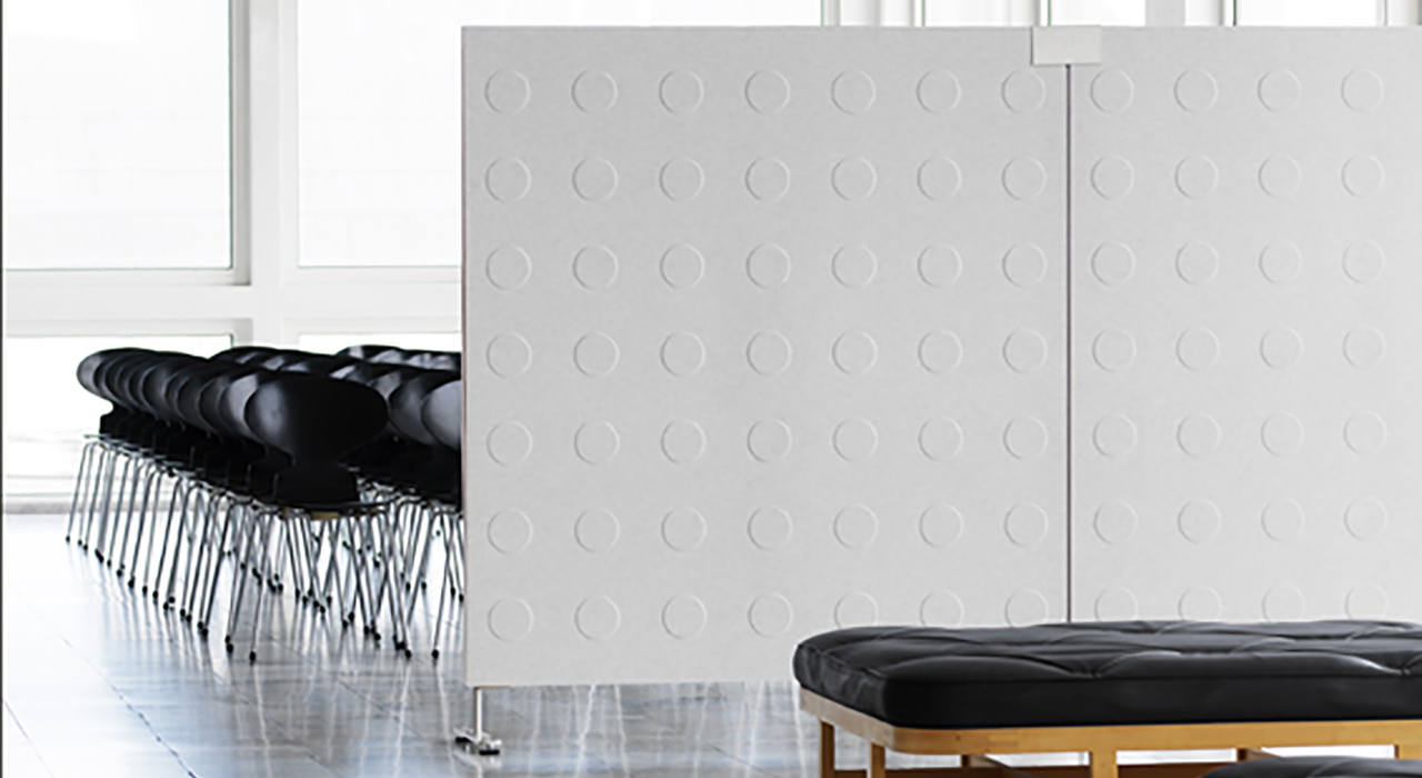 Installation featuring Doremi Screen white workspace standing floor screen black chairs sound absorbing partition