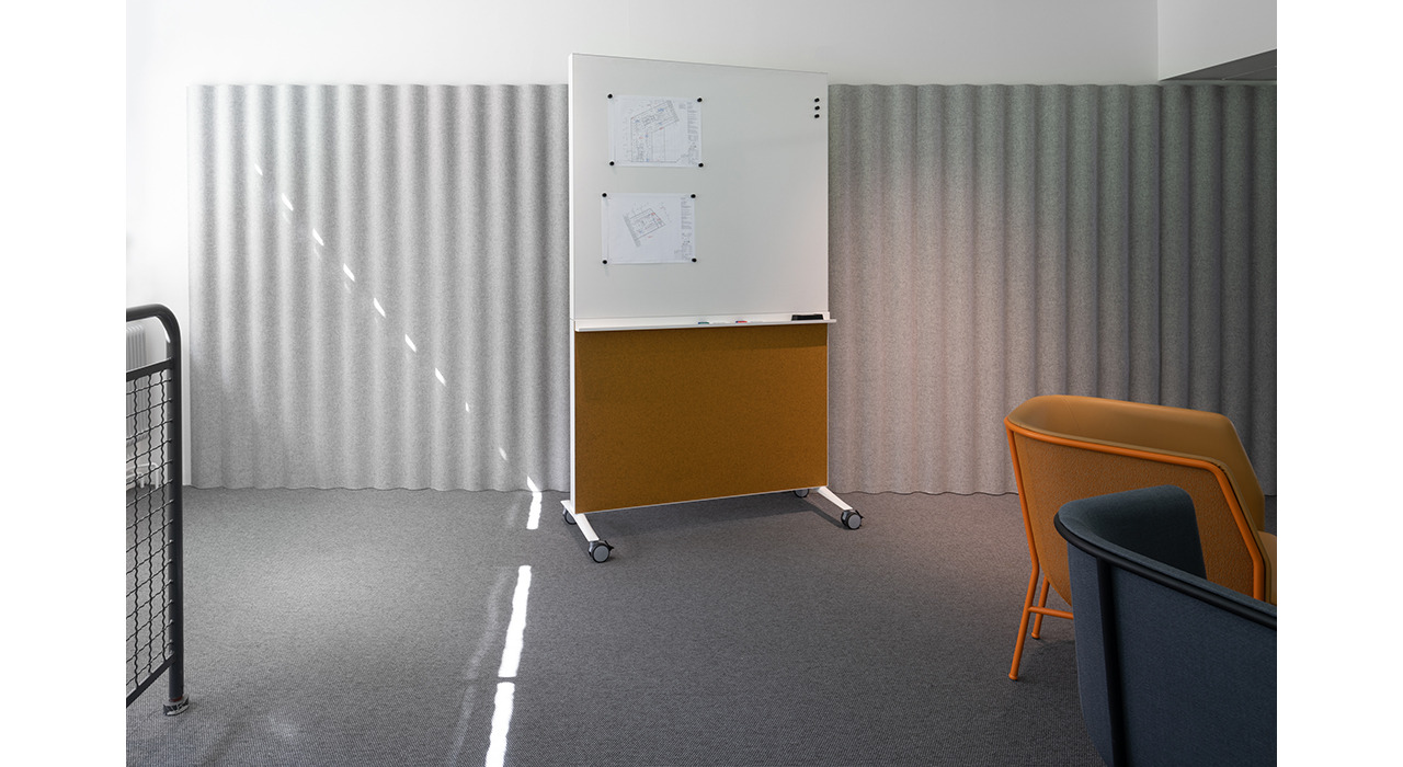 alumi combi screen orange felt whiteboard top